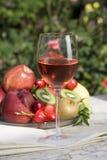 Różany wino i wino butelka Zdjęcia Royalty Free