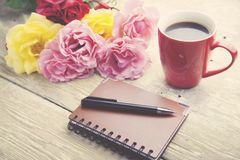Róże, kawa i notatnik, obraz royalty free