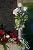 Róże na gravestone Zdjęcie Stock