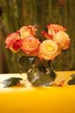Róże w szklanej wazie Zdjęcie Stock