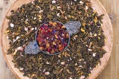 Różna herbata z kwiatami i ziele na drewnianym tle Aromatherapy i zdrowie kosmos kopii zdjęcia stock