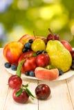Różne owoc na stole na zamazanym tle Zdjęcia Stock