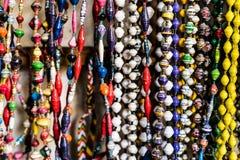 Różni kolorowi koraliki przy afrykanina rynkiem Obrazy Royalty Free