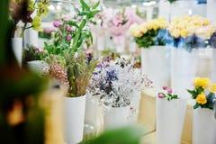 Różni kwiaty na garnkach przy kwiatu sklepem Obraz Royalty Free
