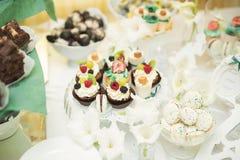 Różni rodzaje piec cukierki na bufecie Zdjęcia Stock