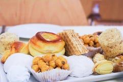 Różni typ cukierków ciasta na talerzach Zdjęcia Royalty Free