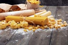 Różnorodna mieszanka makaron na popielatym nieociosanym tle Dieta co i jedzenie Fotografia Stock