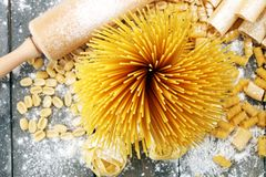 Różnorodna mieszanka makaron na popielatym nieociosanym tle Dieta co i jedzenie Zdjęcie Stock