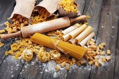 Różnorodna mieszanka makaron na popielatym nieociosanym tle Dieta co i jedzenie Obrazy Stock