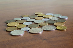 Różnorodna monety kolekcja na drewnianym stole Obrazy Stock