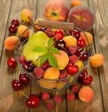 Różnorodna owoc w koszu Obraz Royalty Free