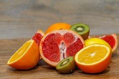 Różnorodna surowa cytrus owoc na drewnianym stole obraz stock