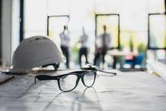 Różnorodne architektur dostawy na miejscu pracy z architektami behind Obrazy Stock