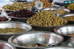 Różnorodne oliwki w oleju Zdjęcia Royalty Free