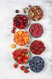 Różnorodne owoc w pucharach Fotografia Stock