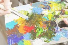 Różnorodnej sztuki nafciane farby na drewnianej palecie Obrazy Royalty Free