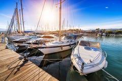 Różnorodni jachty w zatoce Zdjęcia Royalty Free