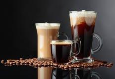 Różnorodni kawa napoje na czarnym tle zdjęcia stock