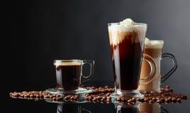 Różnorodni kawa napoje na czarnym tle zdjęcie stock