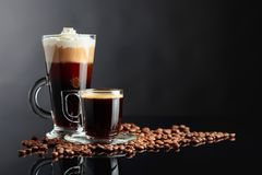 Różnorodni kawa napoje na czarnym tle fotografia royalty free