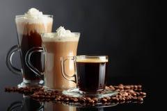 Różnorodni kawa napoje na czarnym tle obrazy royalty free