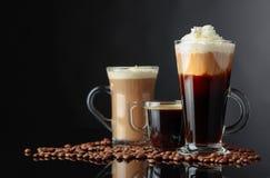 Różnorodni kawa napoje na czarnym tle obraz royalty free