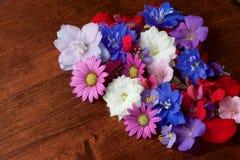 Różnorodni kwiaty na stole Zdjęcie Royalty Free