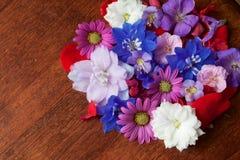 Różnorodni kwiaty na stole Obrazy Royalty Free