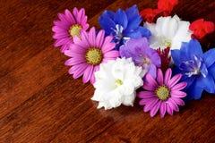 Różnorodni kwiaty na stole Zdjęcia Stock