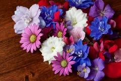 Różnorodni kwiaty na stole Fotografia Stock