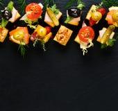 Różnorodni serowi skewers na czarnym tle Obrazy Royalty Free