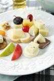 Różnorodni typ ser na ceramicznym talerzu Zdjęcie Stock