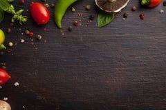 Różnorodni warzywa i ziele na ciemnym drewno stole Obrazy Royalty Free