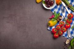 Różnorodni warzywa i ziele na ciemnym drewno stole Zdjęcia Royalty Free