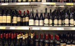 RÓŻNORODNI wina NA SHELV Zdjęcia Stock