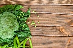 Różnorodni zieleni warzywa na drewnianym stole obrazy stock