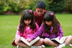 różnorodny dziecka czytanie Fotografia Royalty Free