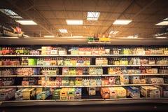Różnorodny wybór piwne butelki na pokazie przy supermarketem Obraz Royalty Free