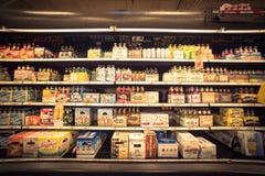 Różnorodny wybór piwne butelki na pokazie przy supermarketem Fotografia Stock