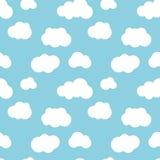 Różny mieszkanie chmurnieje na niebieskie niebo bezszwowym wzorze Obrazy Royalty Free
