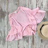 Różowa bluzka na drewnianym tle fotografia royalty free