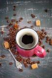 Różowa kubek kawa espresso i kawowe fasole na rocznika tle Obrazy Royalty Free