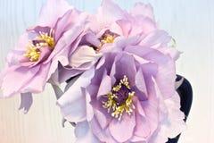 Różowe peonie w czarnej wazie Sztuczny jedwab kwitnie w int Zdjęcia Stock