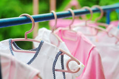 Różowego i barwionego dziecka pralniany obwieszenie na clothesline Fotografia Royalty Free