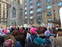 Różowi kapelusze Maszeruje w kobiety ` s Marzec, central park Na zachód, NYC, NY, usa Obraz Royalty Free