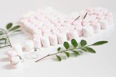 Różowi marshmellows serce i klejnoty Zdjęcia Stock