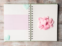 Różowi pastelowi serca i purpurowy pustej karty ringowy segregator Obrazy Stock