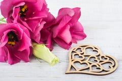 Różowi purpurowi eustoma kwiaty i drewniany serce Zdjęcia Royalty Free