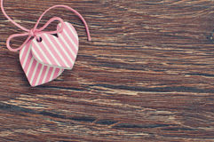 Różowi serca na drewnianej desce Zdjęcia Stock