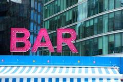 Różowy baru znak z neonowym Zdjęcie Royalty Free